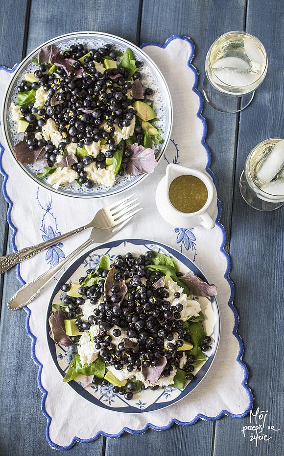 Sałatka z czarnymi jagodami, bazylią i serem