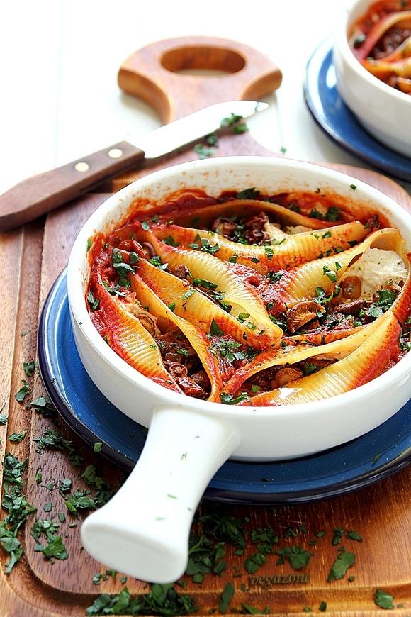 Zapiekane muszle makaronowe z kurkami i suszonymi pomidorami