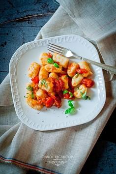 Ziemniaczane gnocchi z sosem ze świeżych pomidorów