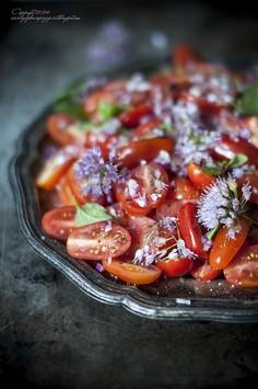 Sałatka pomidorowa z czerwoną cebulą i kwiatami dzikiego czosnku