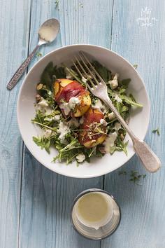 Sałatka z brzoskwinią pieczoną w szynce, z sosem z gorgonzoli