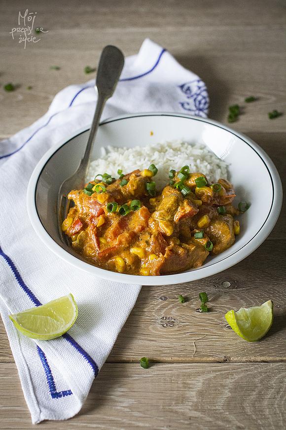 Curry z kurczakiem, kukurydzą, pomidorami i papryką