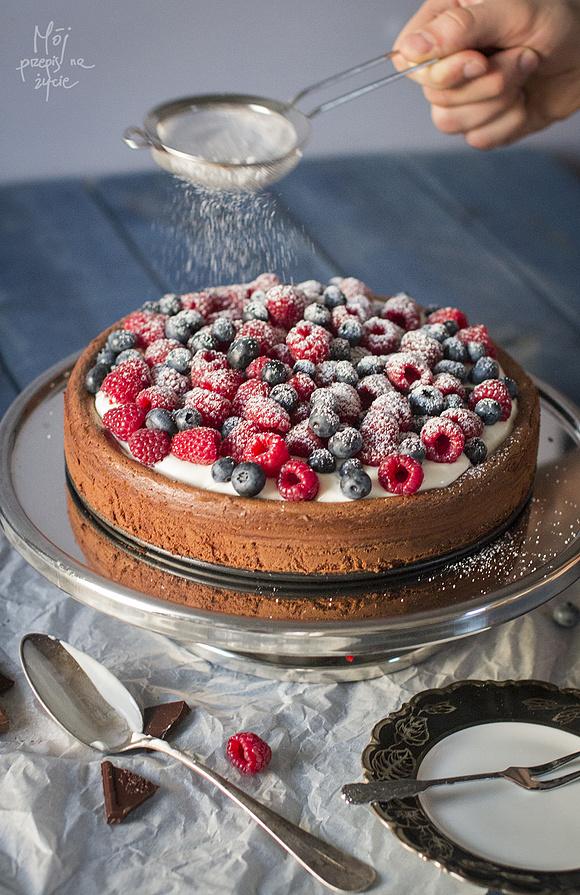 Czekoladowe ciasto bez mąki z owocami i kremem