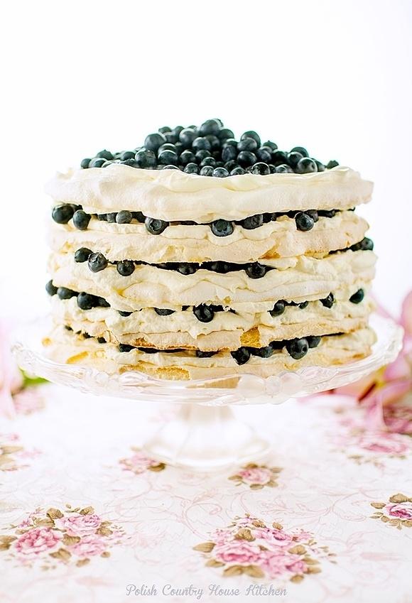 Tort bezowy o smaku cytrusowym z borówkami
