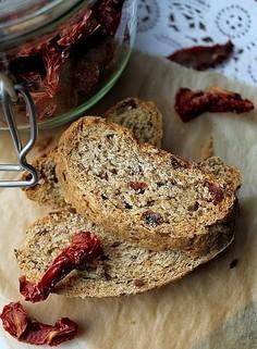 Chleb graham z suszonymi pomidorami