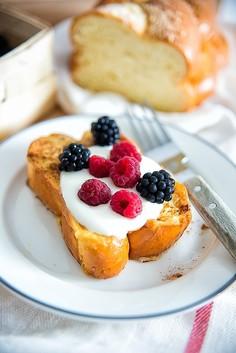 Tosty francuskie z owocami leśnymi