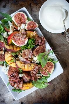 Sałatka z grillowanymi brzoskwiniami i figami, z bekonem, niebieskim serem i orzechami włoskimi