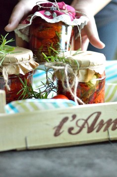 Suszone pomidory w oliwie z czosnkiem, rozmarynem i ziołami toskańskimi