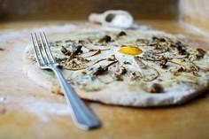 Pizza z serem pleśniowym i gruszkami