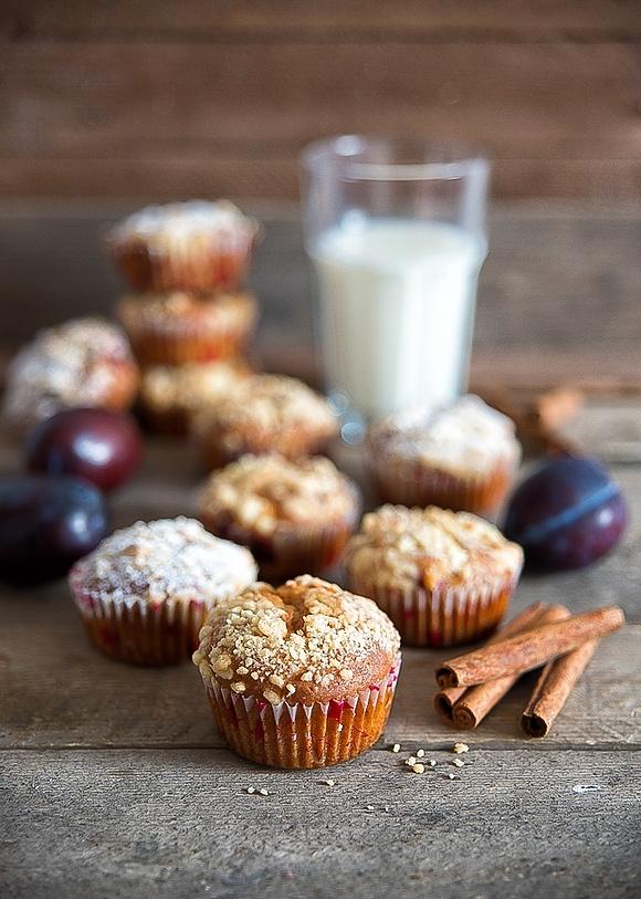 Cynamonowe muffinki ze śliwkami i kruszonką