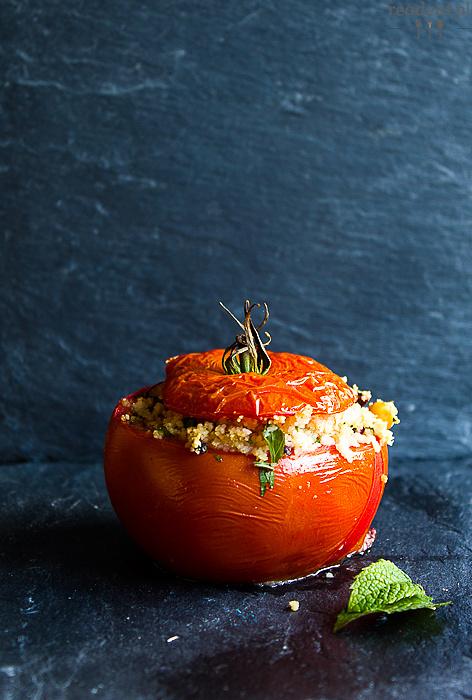 Pomidory faszerowane kuskusem, oliwkami i cieciorką polane sosem z tahiny