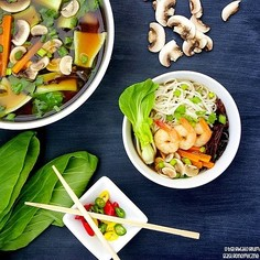 Azjatycka zupa z pak choi i krewetkami