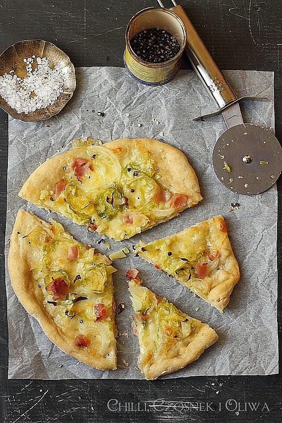 Pizza z brukselką i szynką