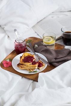 Śniadanie w łóżku i kokosowe tosty francuskie