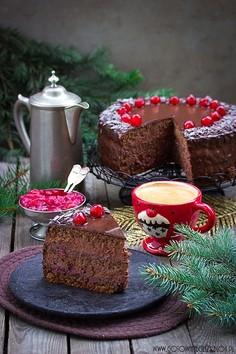 Tort czekoladowo orzechowy z wiśniami