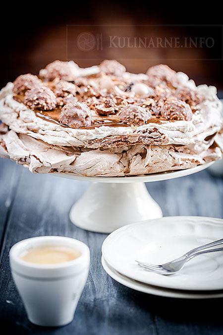 Nugatowy tort bezowy