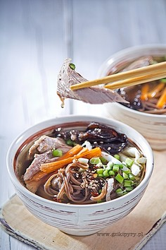 Rosół z kaczki - orientalna zupa z grzybami mun, makaronem soba i sezamem.
