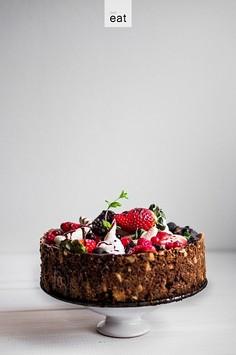 Czekoladowe ciasto z płatków owsianych, bezą i owocami