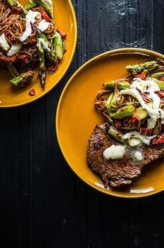 Stek wołowy z makaronem gryczanym, zielonymi szparagami, suszonymi pomidorami i mozzarellą