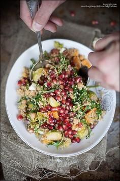 Sałatka z quinoa, ciecierzycą, pieczoną dynią i granatem