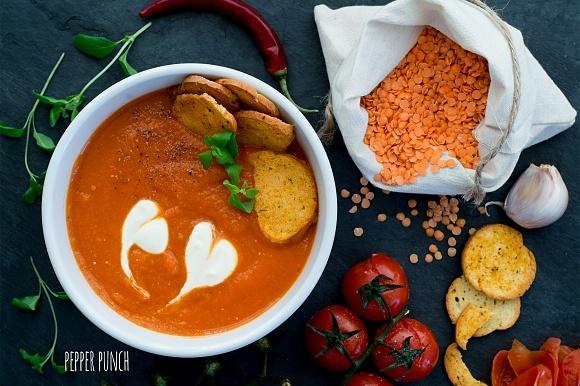 Rozgrzewająca zupa krem z pieczonych pomidorków i czerwonej soczewicy