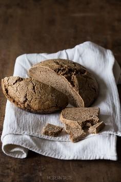 Pełnoziarnisty chleb żytni na zakwasie