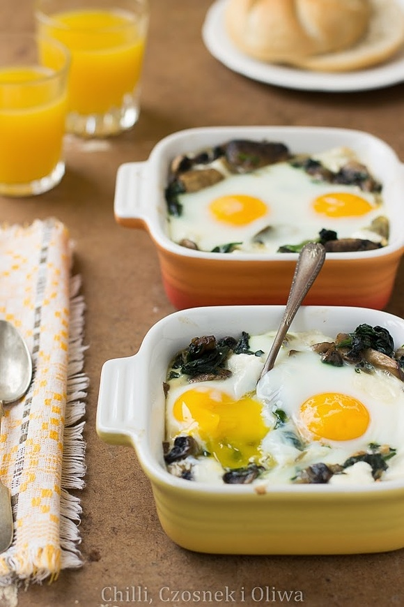 Jajka zapiekane ze szpinakiem, pieczarkami i kozim serem