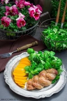 Warkocz z polędwiczki wieprzowej z sałatą i brzoskwinią