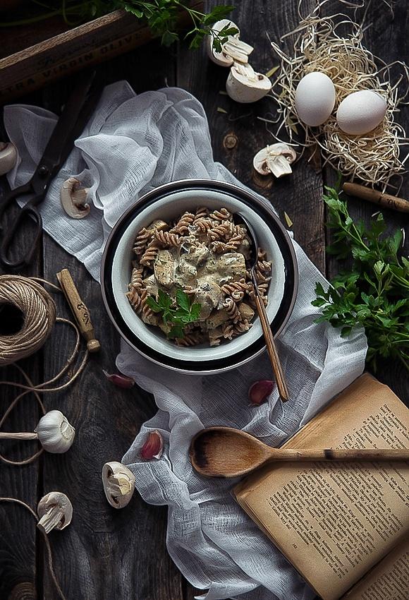 Makaron orkiszowy w sosie śmietanowo-pieczarkowym