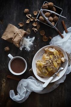 Orzechowe naleśniki z cynamonowym twarożkiem i karmelizowanymi bananami