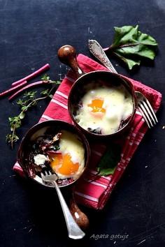 Botwinka zapiekana z jajkiem, tymiankiem i bryndzą