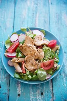 Makaron razowy z roszponką, rzodkiewką i kurczakiem