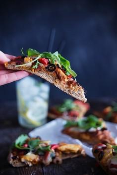 Pizza razowa z kurczakiem, oliwkami, mozzarellą i świeżą rukolą
