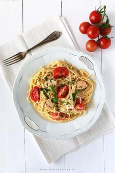 Makaron spaghetti z kurczakiem w sosie czosnkowym z pomidorkami