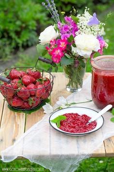 Dżem z truskawek z różą i kwiatami czarnego bzu