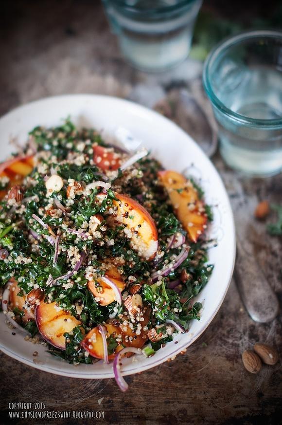 Sałatka z quinoa, jarmużem i grillowanymi brzoskwiniami
