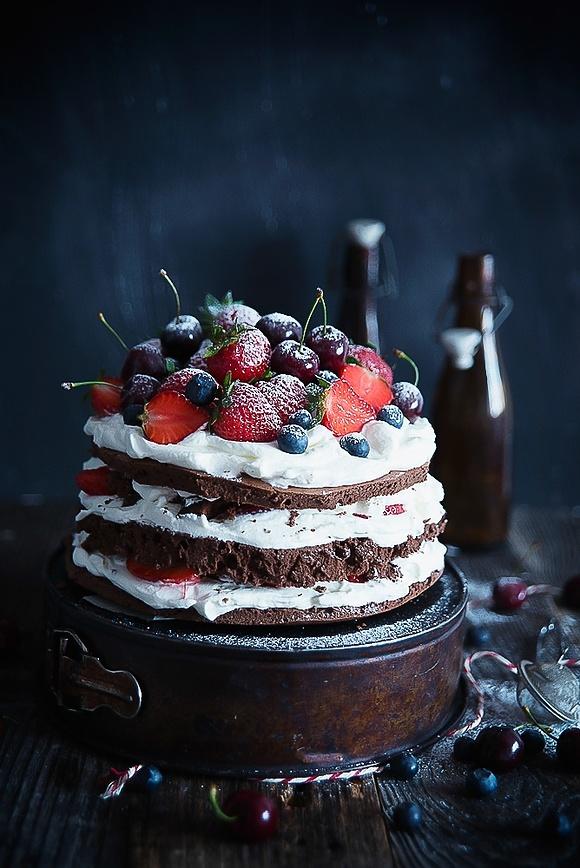 Tort kakaowo-śmietanowy z owocami lata