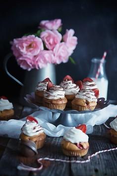 Muffiny truskawkowe z bitą śmietaną