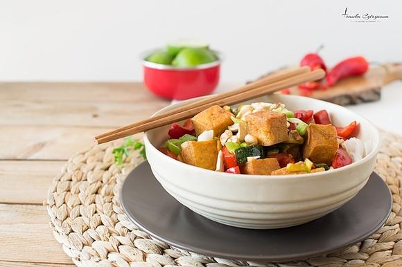 Stir fry z cukinią, tofu i imbirem