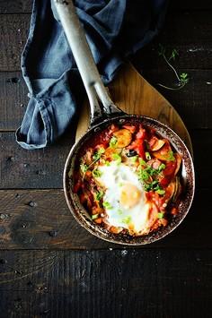Duszone warzywa z wiejskim jajkiem