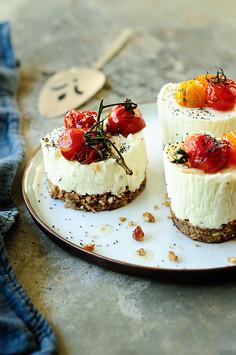 Wytrawne serniczki z pieczonymi pomidorami