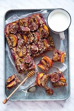 Pełnoziarniste ciasto śliwkowo-brzoskwiniowo-figowe w sezamowo-miodowym sosie