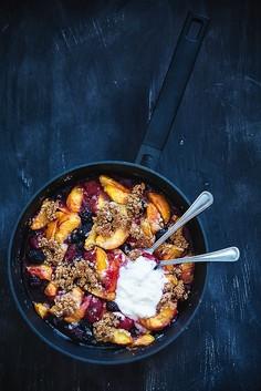 Owsiany crumble z brzoskwiniami, jeżynami i truskawkami