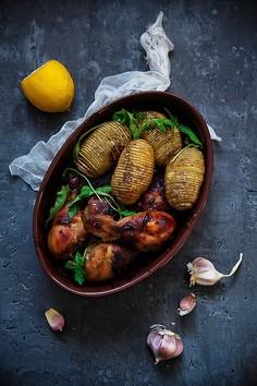 Pieczone udka z kurczaka i nacinane ziemniaki Hasselback