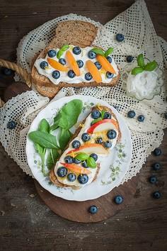 Razowe tosty z bazyliowym serkiem i świeżymi owocami