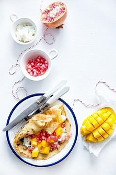 Orkiszowe naleśniki z twarożkiem, mango i granatem
