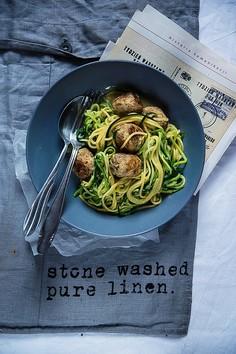 Bezglutenowe spaghetti z cukinii z pulpetami z indyka