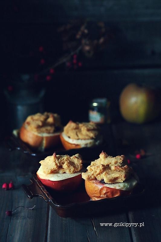 Jabłka pieczone z żurawiną pod kruszonką z kaszy jaglanej