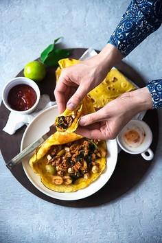 Naleśniki kukurydziane (bezglutenowe) z mięsem mielonym, szpinakiem i fetą