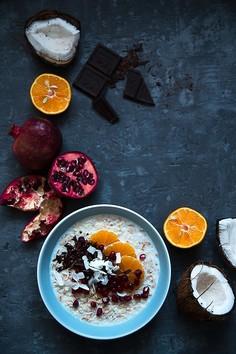 Orkiszowa owsianka z mandarynką, granatem, kokosem i czekoladą